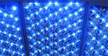 akne beahndlung mit blauem led licht