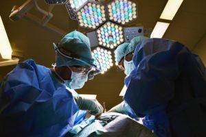 Wie werden Brustimplantate eingesetzt?